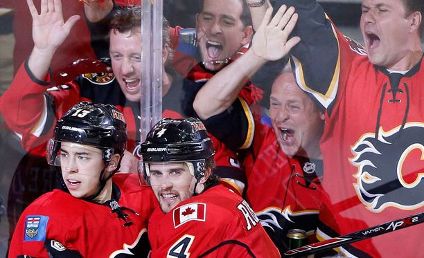 Flamesin Johnny Gaudreau (vas.) tasoitti ottelun aivan kolmannen erän lopussa.