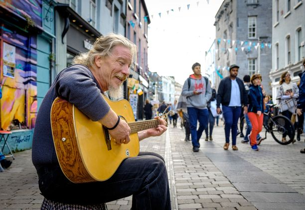 Katusoittaja Euroopan tämänvuotisessa kulttuuripääkaupungissa Galwayssa.