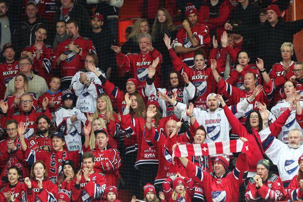 HIFK:n fanit kannustivat Huuhkajia. Kuvituskuva.