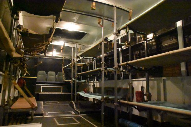 Lvivin linja-autotehtaan lahjoittamaan ambulanssibussiin mahtuu paareilla 14 potilasta.