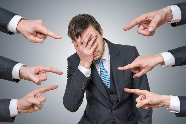 Myönteinen palaute voi jäädä kokonaan negatiivisen varjoon, jos ihminen keskittyy vain negatiivisiin asioihin.