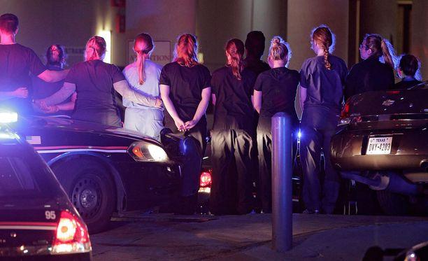 Dallasin poliisit ja sairaalan henkilökunta muodostivat rivin sairaalan sisäänkäynnin luona, kun erään poliisin ruumista kuljetetaan pois rakennuksesta. Poliisi on raportoinut viiden poliisin kuolleen vammoihinsa.