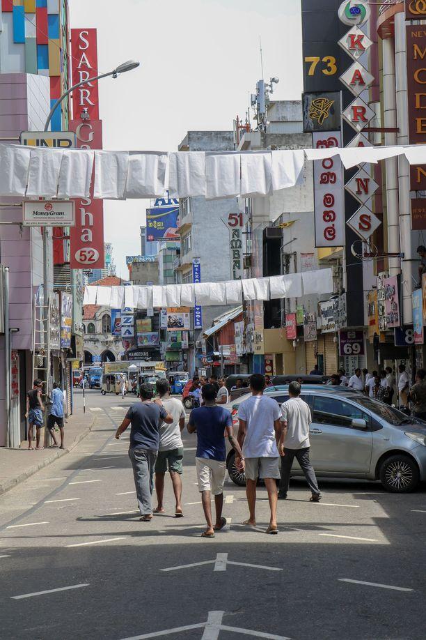 Colombon kaduilla roikkui surulippuja.