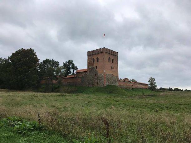 Keskellä uinuvaa rajakylää kohoaa vanha linnoitus torneineen.