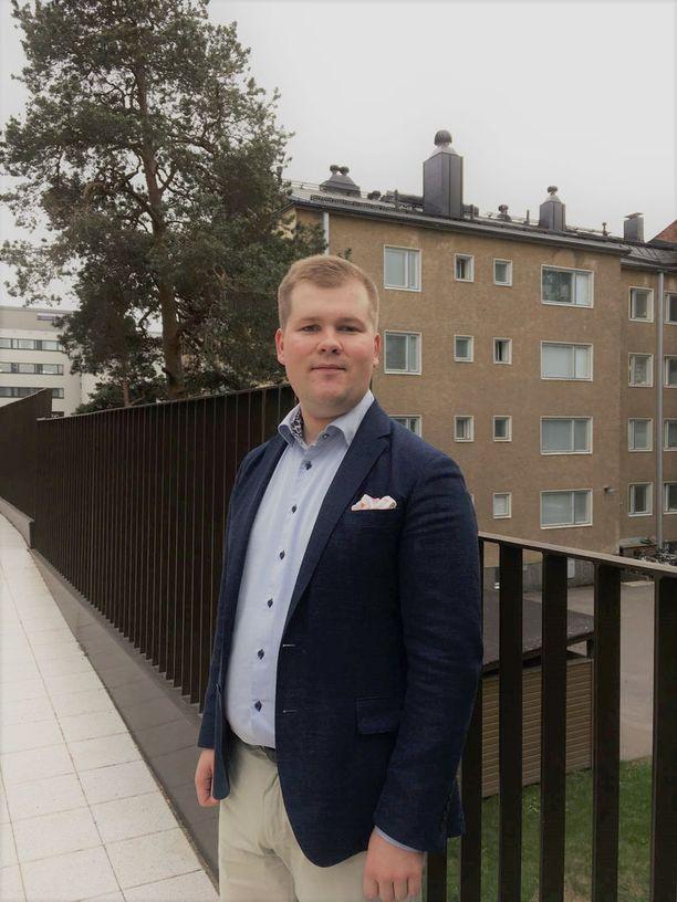 Kahdeksan laudaturia kirjoittanut Lasse Mäki opiskelee tuotantotaloutta ja klassista musiikkia.