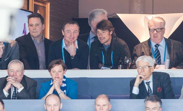 Lauri Marjamäki, Jere Lehtinen, Teemu Selänne ja Kalervo Kummola seurasivat Pikkuleijonien ottelua samassa aitiossa vuodenvaihteen MM-kisoissa.