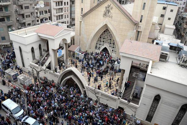 Ihmiset kokoontuivat Mar Girgisin kirkon luokse verisen pommi-iskun jälkeen Tantassa sunnuntaina.