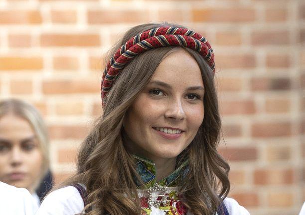 Ingrid Alexandra sonnustautui kesällä veljensä rippijuhliin kansallispukuun.