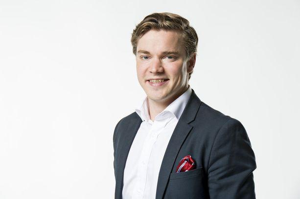 SDP:n puheenjohtajan viestintävastaavan Dimitri Qvintuksen mukaan siniset toimii hallituksen äänettömänä yhtiömiehenä.