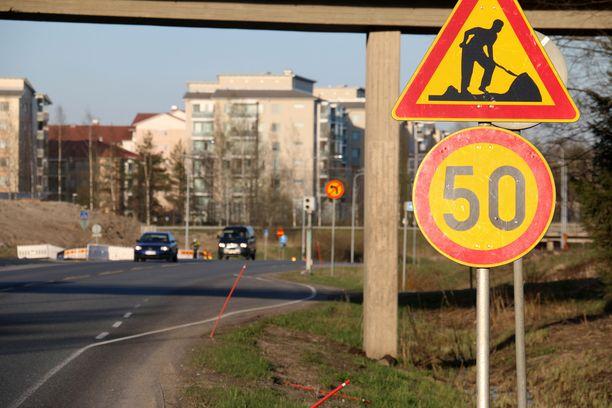 Uuteen tieliikennelakiin on todella kirjattu, että 1-10 kilometrin tuntinopeuden ylityksestä voi sakottaa 100 euroa silloin, jos nopeusrajoitus on 60 kilometriä tunnissa tai vähemmän.