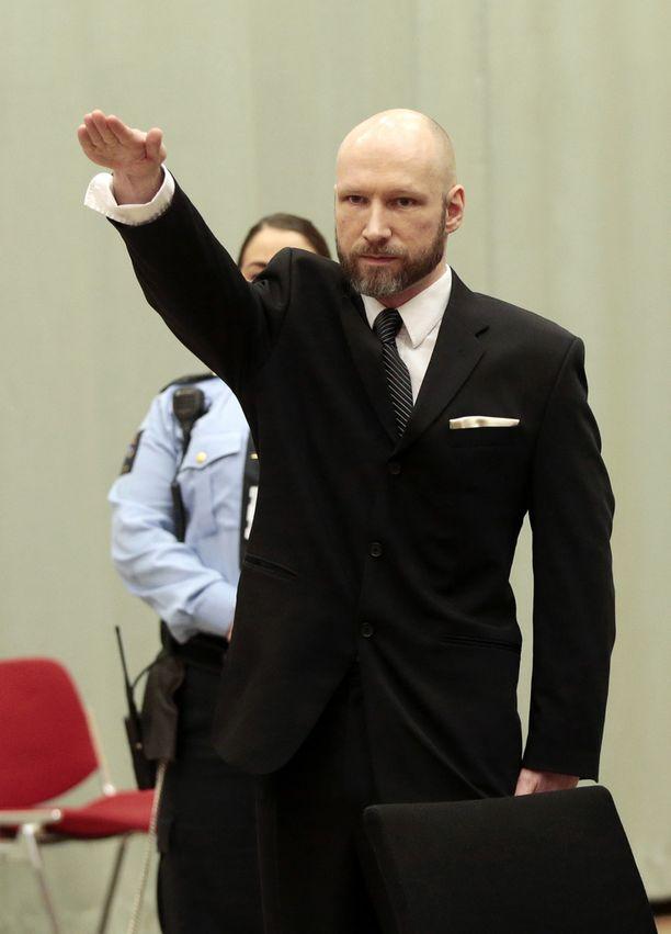 Breivik teki natsitervehdyksensä oikeudessa tammikuussa.