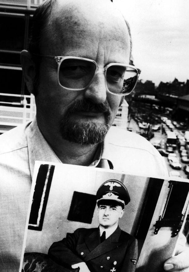 Niklas Frank isänsä Hans Frankin kuva kädessä vuonna 1991.
