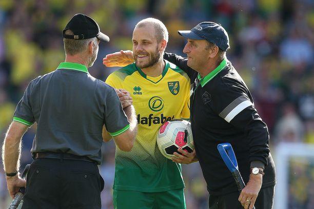 Norwichin Cityn Carrow Roadin kentänhoitajatkin jakelivat kiitoksia hattutemppusankarille Teemu Pukille lauantaina Newcastle-ottelun jälkeen.