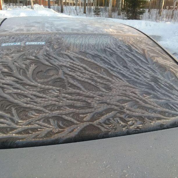 Mikan auton takalasiin ilmestyi komea jääkuvio. Asiantuntijan mukaan se voi johtua ilman liikkeistä.