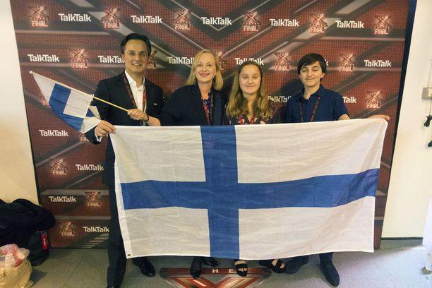Lontoon Cityssä työskentelevä Eva Lindholm toi englantilaisen miehensä ja lapsensa Wembleylle saatuaan X-Factoriin 4 lippua. Perheellä oli mukana isokokoinen Suomen lippu.