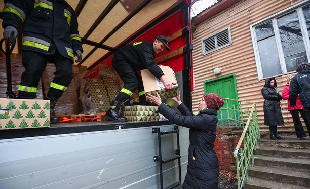 Puolalaiset palomiehet jakoivat humanitaarista apua Harkovassa.