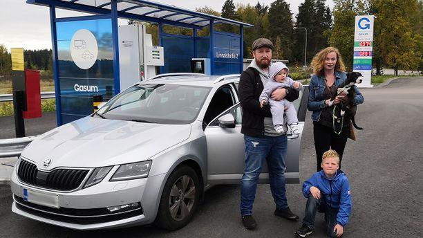 Elina ja Matti Kähäri tankkaavat autonsa aina, kun kaasuasema sattuu kohdalle.