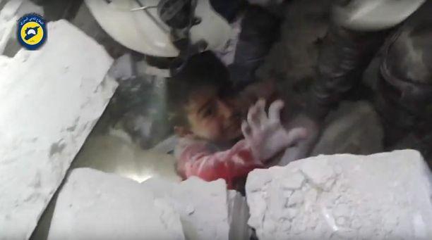 Raunioihin Itä-Aleppossa jäänyt lapsi.
