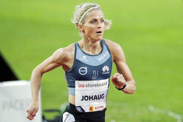 Therese Johaug on säväyttänyt myös sileällä juoksuradalla.