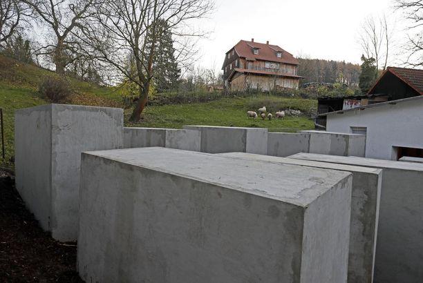 Taidekollektiivi pystytti holokaustimuistomerkin Björn Höcken talon naapuritontille.