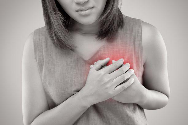 Sydänkohtauksen tyypillisin oire on pistävä kipu rinnassa.