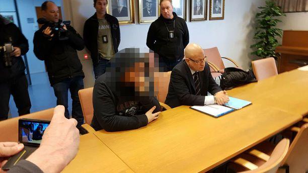 Epäilty saapui Pirkanmaan käräjäoikeuden istuntoon rauhallisena, mustaan huppariin pukeutuneena, huppu päässä. Hän istui tyynenä käsi poskella avustaja Arno Miettinen vierellään. Mies on ollut poliisin mukaan rauhallinen, kohtelias, yhteistyöhaluinen ja puhunut kysyttäessä.