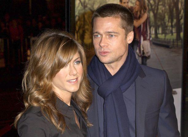 Jennifer Aniston erosi äskettäin. Jotkut ovatkin spekuloineet josko hän ja Brad Pitt palaisivat yhteen. Tässä pariskunta vuonna 2004.