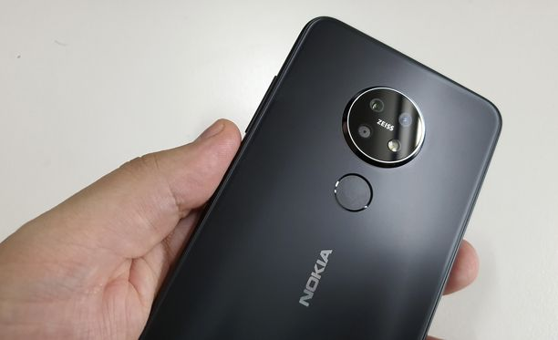 Nokia 7.2:n kamera nousee jonkin verran puhelimen rungosta.