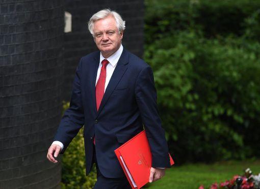 Brexit-ministeri David Davis aloittaa neuvottelut ilman pääministeri Theresa Mayta.