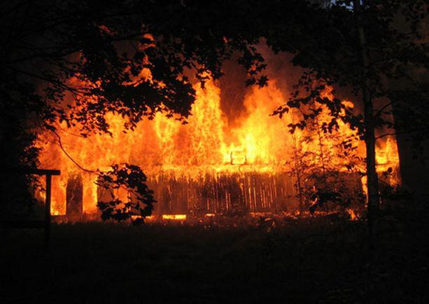 Varastorakennus paloi myöhään torstai-iltana Lahdessa.