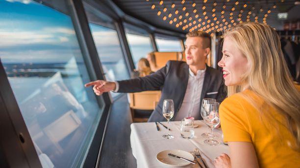 Näsinneulan ravintolassa voi ihailla komeita järvimaisemia.