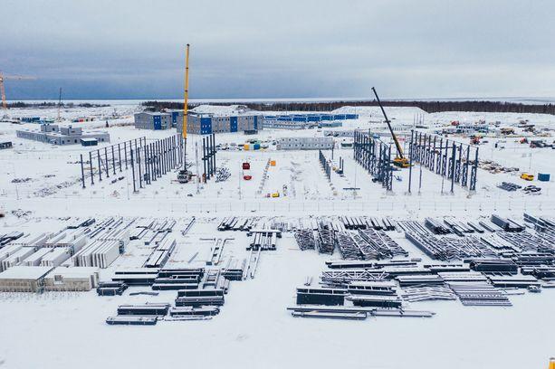 Pyhäjoen Hanhikivennimeen alueella rakennetaan yli 100 000 neliön edestä. Iltalehti olisi halunnut päästä katsomaan työmaata, mutta pääsy evättiin koronaan vedoten. Kuvat ovat yhtiöltä.