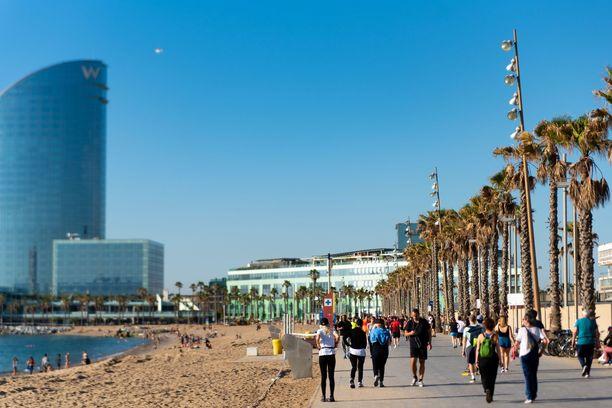 25. toukokuuta alkaen Espanjassa sallitaan ulkona syöminen ja 10 hengen kokoontumiset. Kuva on Barceloneta-rannalta Barcelonasta.