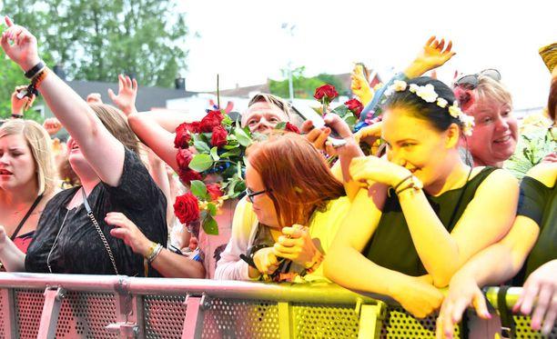 Kovaan ääneen mukana laulanut fani oli hankkinut saavillisen ruusuja ja paiskoi niitä vauhdilla lavaa kohti.