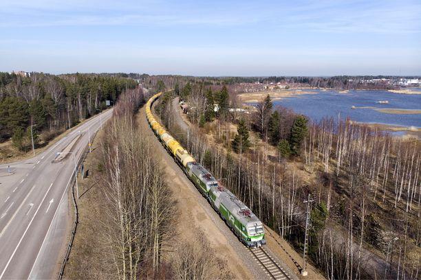 Kuvassa erikoispitkä tavarajuna matkalla Haminaan.