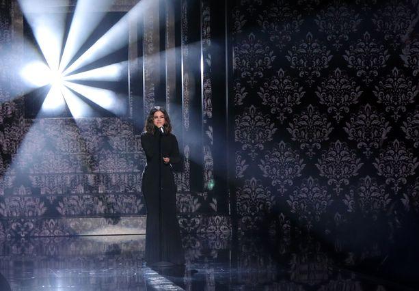 Selena Gomez esiintyi kokomustassa asussa American Music Awardseissa.