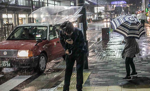 Lan-taifuuni toi Japaniin jo sunnuntaina rankkasateita ja myrskytuulia, joiden takia on kerrottu kuolleen kaksi ihmistä.