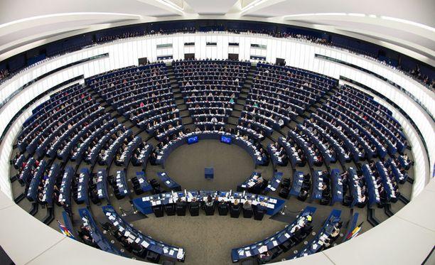 Euroopan parlamentin eilinen istunto, jossa äänestettiin roaming-maksujen poistosta ja nettineutraliteettia koskevista säädöksistä.