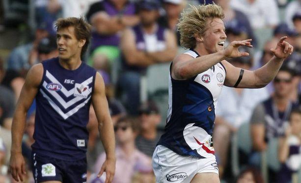 28-vuotias Rory Sloane (oikealla) on australialaisen jalkapallon tähtipelaajia.
