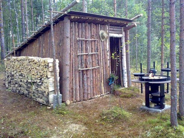 Joensuussa leikitään pystyhirrestä rakennetussa röllimökissä.