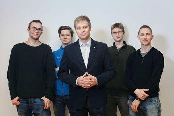 Kvanttitutkimusryhmä ja sen johtaja, professori Mikko Möttönen (keskellä).