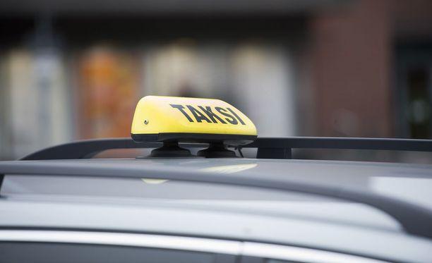 Naisen taksimatka päättyi putkaan Turussa. Kuvituskuva.