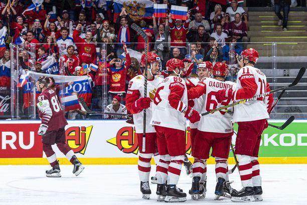 Venäjän Jevgeni Malkin (oik.), Jevgeni Dadonov ja Nikita Kutsherov (86) tuulettavat Nikita Gusevin tekemää 2–1-maalia