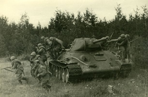 Neuvostojoukot hyökkäsivät panssariylivoimansa turvin syvälle suomalaisten asemiin.