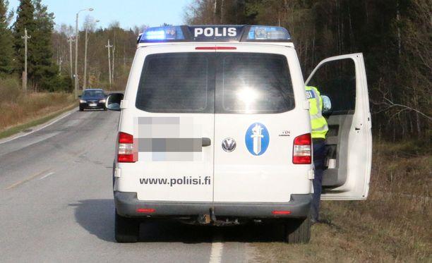 Poliisit seurasivat kaksikon toimia autostaan. Kuvituskuva.