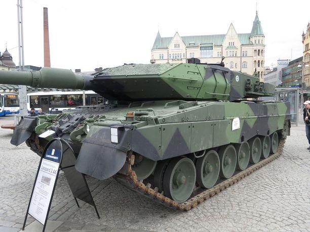 Suomen tuhoisin vaunu. Hollannista hankittu Leopard 2 A6, joita Suomessa on jo 80. Se painaa 60 tonnia ja ampuu läpi metrisen teräksen.