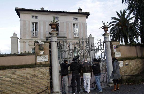 Lehdistöä saapui Suomen suurlähetyöstön eteen Roomassa.