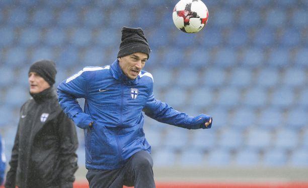Roman Eremenko Suomen harjoituksissa Reykjavikissa 5. lokakuuta. Eremenko ei saanut pelata Islantia vastaan.