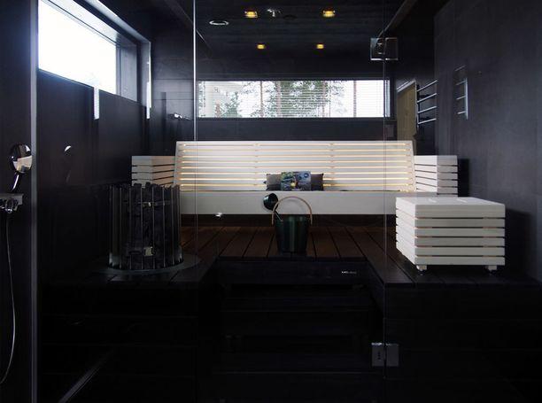 Saunat eivät enää välttämättä ole yksivärisiä. Muun muassa tässä Seinäjoen asuntomessuilla nähdyssä Lakka Lakeus -nimisessä talossa on tumma laudetaso ja istuimena valkoiset rimoista rakennetut sohva ja rahi.
