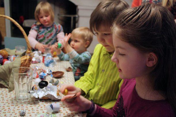 Helmin suosikkilelu on Rölli-munassa ollut sini-valko-raitainen lelu ja Onnin Star Warsin yllätys.